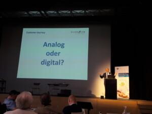 Dr. Michael Braun beim Vortrag Customer Journey: Analog oder digital?