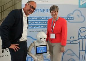 Digitalisierung macht Spass: Sabine Thiele, Geschäftsführererin der Regensburg Tourismus GmbH und Dr. Michael Braun, Vorstand des Tourismusverbandes Ostbayern e.V.