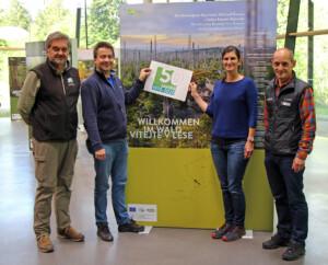 Nationalparkleiter Franz Leibl (von links), Roland Pongratz, Lisa Ditz und Achim Klein präsentieren das Logo zum 50. Nationalpark-Jubiläum.