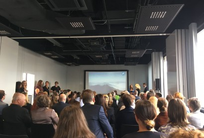 Geschäftsführerin Barbara Radomski begrüßt die Partner