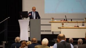 Vorstand Dr. Michael Braun führt durch die Tagung